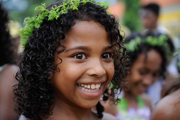 Little girls wearing crown that made from leaves in carnival festivity in DIli 18 February 2012. Photo by UNMIT/Bernardino Soares